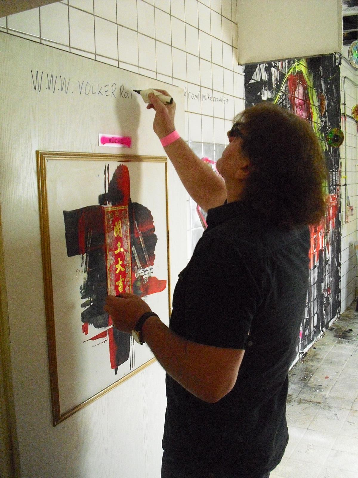 Volker Rauh beim malen eines seiner Bilder
